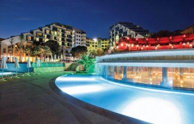 Cornelia Deluxe Resort bei Nacht